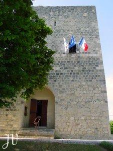 Le devant de la Tour avec les drapeaux